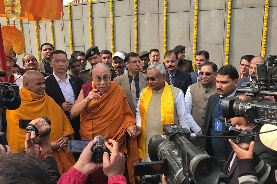 达赖喇嘛尊者与比哈尔邦首席部长在巴特那市共同参加活动 图片取自OHHDL