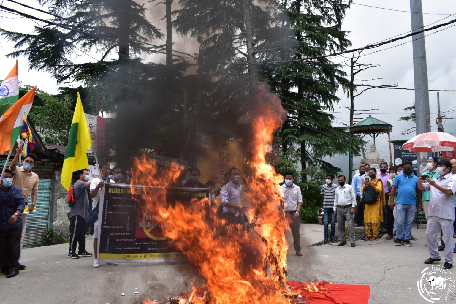 """西藏青年会展开""""抵制中国商品运动"""" 并焚烧习近平人型看板"""
