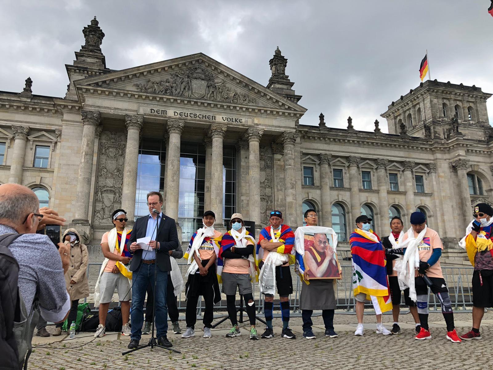流亡藏人向德国国会递交呼吁信,并圆满结束单车巡游活动