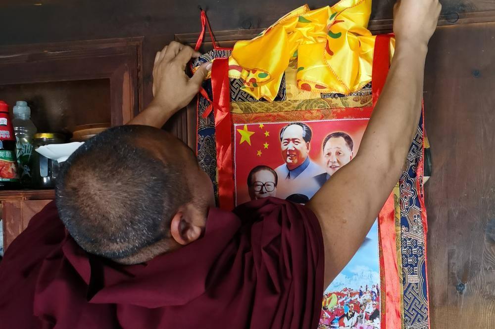中共强迫西藏东部阿坝格尔登寺僧人悬挂中共领导人画像