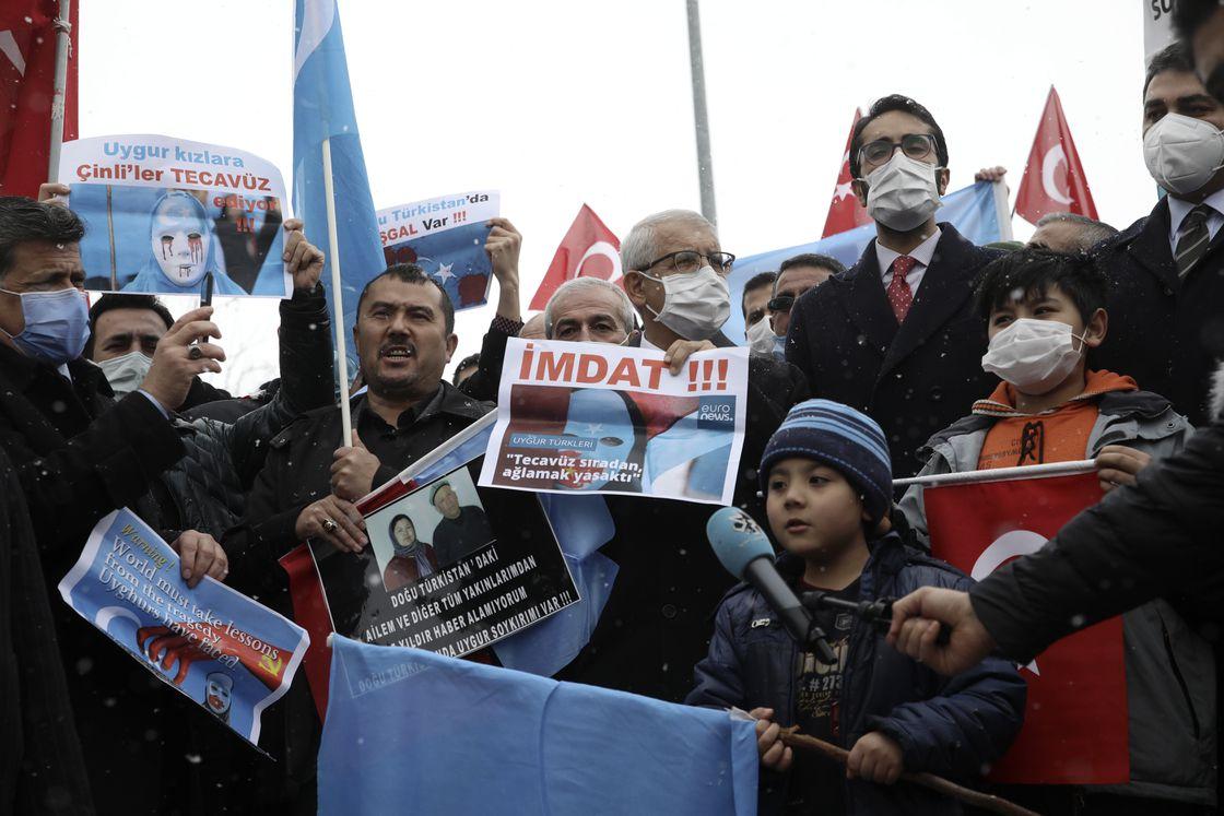中共官员王毅访问土耳其时遭近千名维吾尔人的抗议