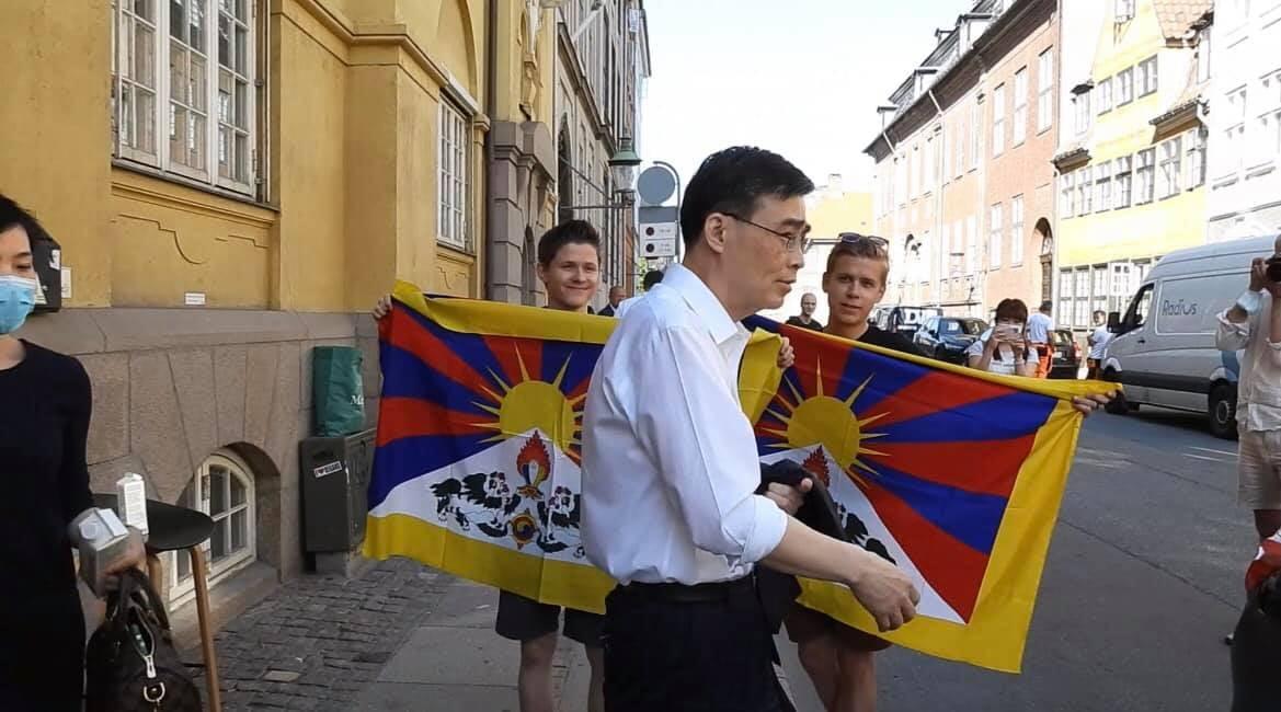 丹麦援藏人士向中共驻丹麦大使展开突袭抗议